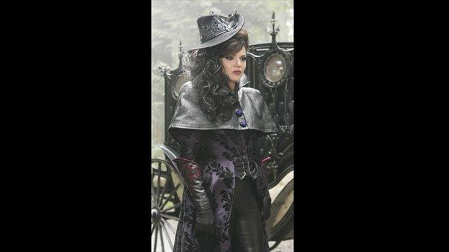 Une des magnifiques belles robes de la reine maléfique, on voit le travail absolument incroyable des couturières dans les détails. Et le chapeau, j'adore, il apporte la touche finale à cette robe avec ses gants.