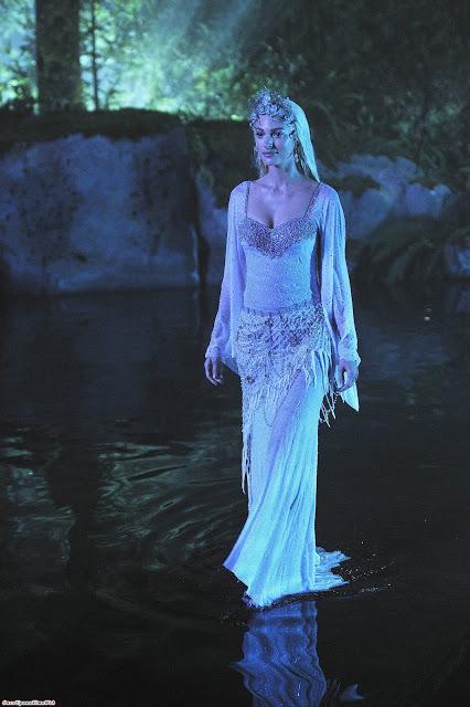Contrairement aux jupes plus lourdes des princesses, l'élégance de cette robe est dans la légèreté. Cette jupe perlée évoque un filet de pêche et le chatoiement de la structure est très semblable à l'eau dans la texture.
