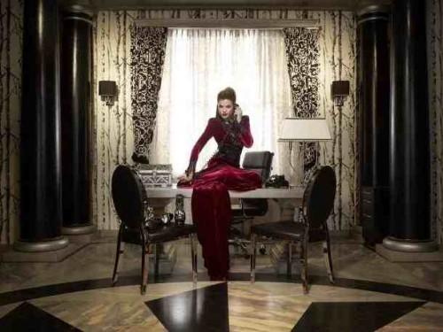 Cette robe tout en dentelle et velours est d'une grande finesse dans ses détails.