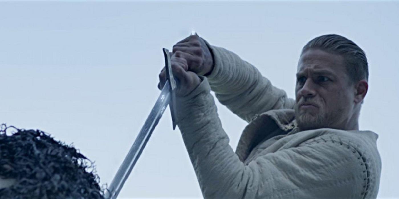 Le-Roi-Arthur-La-Legende-d-Excalibur-charlie-hunnam-critique-film-Guy-Ritchie