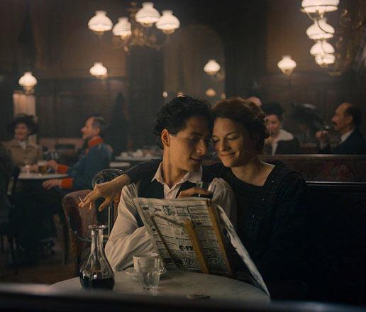 Egon-shiele-film-scene-cafe-Maresi-Riegner-Noah-Saavedra-la-critique