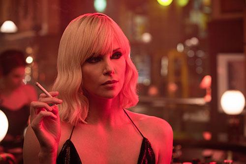 atomic-blonde-charlize-theron-et-son-look-inspire-par-scarface-et-michelle-pfeiffer
