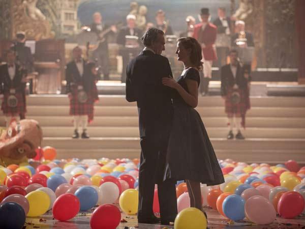 phantom-thread-daniel-day-lewis-vicky-krieps-danse-ballons