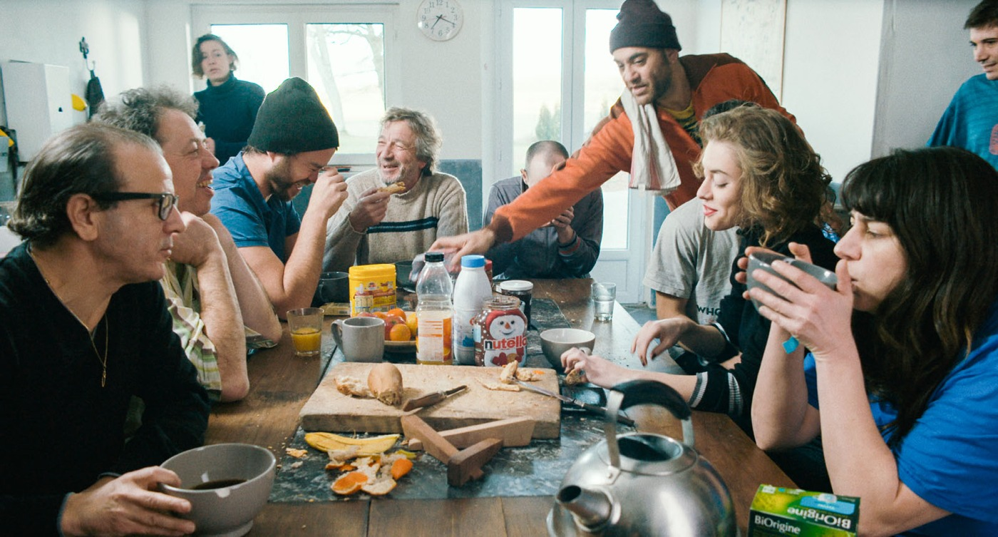 nos-vies-formidables-fabienne-godet-film-critique-photo-groupe-petit-dejeuner