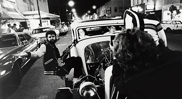 american-graffiti-on-the-set-sur-le-tournage-george-lucas-jan-d-alquen-ron-eveslage-paul-le-mat-mackenzie-phillips-copyright-universal-pictures-lucasfilm-the-coppola-company